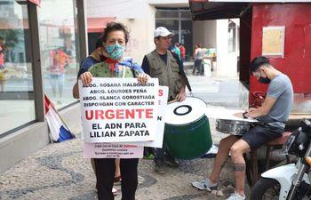 Manifestación frente al JEM contra absolución del padrastro de la niña desaparecida hace más de un año. Organización social Ni más ni menos de niños en situación de extrema pobreza.