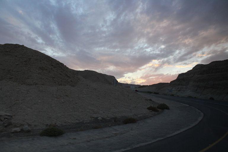 Cae la noche en el Desierto de Judea.