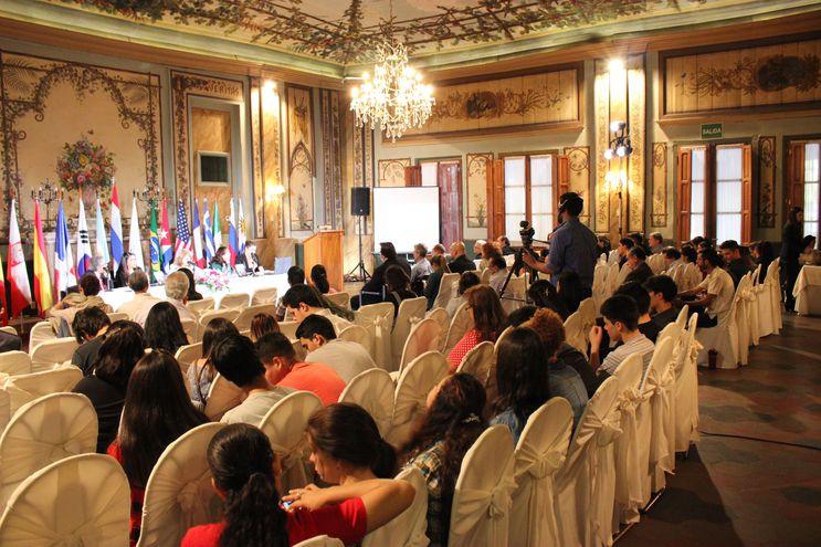 Exponer en el Simposio de Humanidades es uno de los premios.