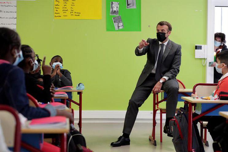 El presidente de Francia, Emmanuel Macron, en un colegio de Melun, en la región parisina, al regreso a las aulas de los alumnos de infantil y primaria.