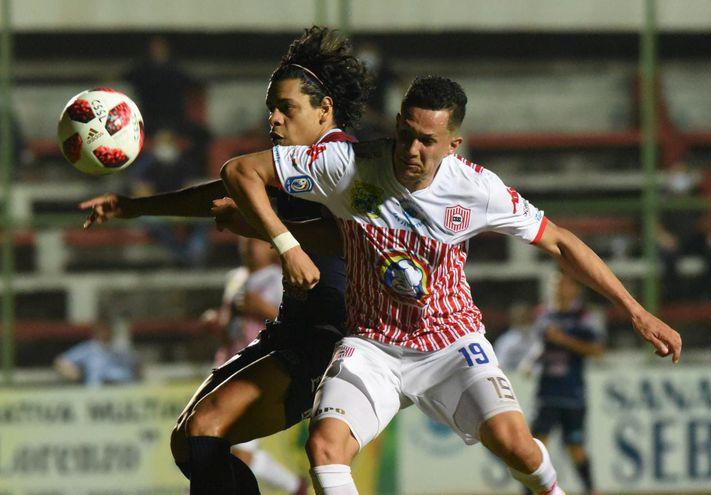 Lucha entre David Fleitas y Luis Cáceres por el balón.