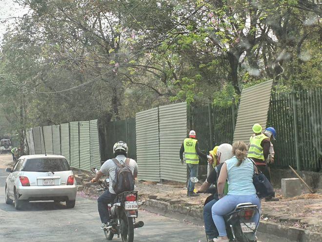 Obreros trabajando en el Jardín Botánico hoy.
