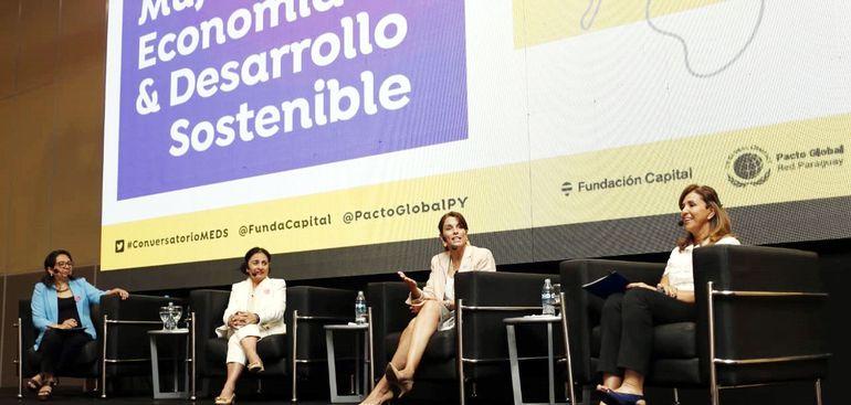 Estela Ruiz Díaz, Alicia Girón, Helena Estrada y Teresa Velilla (izq. a der.) en la presentación del Foro Económico en Paseo Galería.