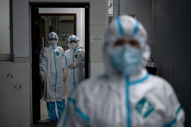 Trabajadores médicos con trajes protectores en un hospital de Huanggang, China.