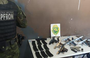 Las armas y los cargadores fueron hallados en el doble fondo de las maletas.