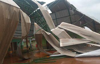 Estructura destruida del polideportivo del Colegio Nacional de Tupararendá del distrito de Abaí.