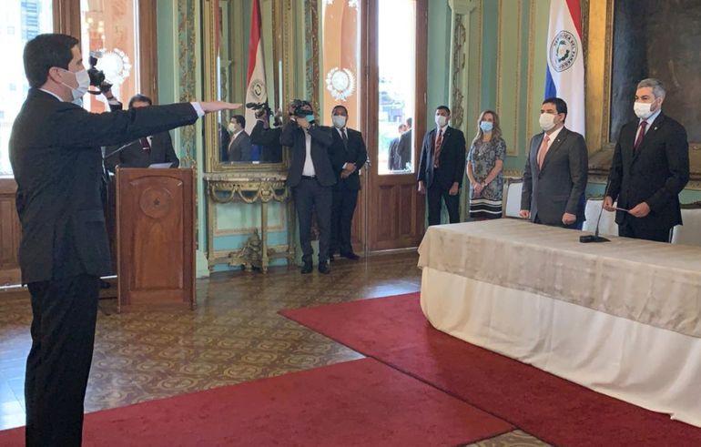 Federico González (izq.) juró ayer ante el presidente Mario Abdo para el cargo de canciller nacional. Fue en Palacio de López.