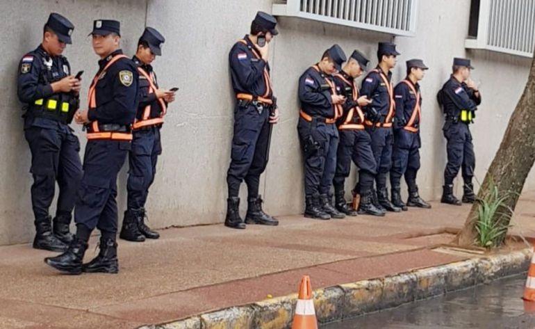 Agentes policiales apostados sobre la calle El Paraguayo Independiente, para la cobertura de seguridad al Congreso de la Nación.