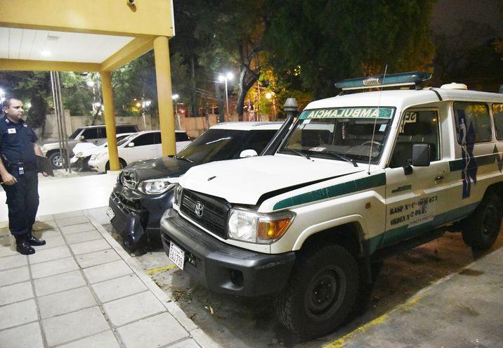 Un efectivo policial observa los daños que dejó en la ambulancia el impacto del accidente ocurrido ayer en la avenida Mariscal López, que causó una fallecida.