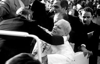 Imagen de archivo tomada en mayo de 1981 que muestra al papa Juan Pablo II tras ser herido por el turno Ali Agca, quien estuvo a punto de acabar con la vida del Pontífice al dispararle a quemarropa en la plaza de San Pedro del Vaticano, en Roma, Italia.