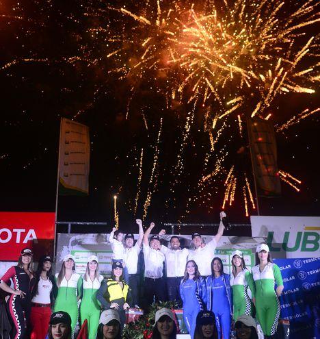 Los campeones del TCR46, Alejandro Galanti, Marcelo Toyotoshi, Marco Galanti, Gustavo Scheid y Toyota.