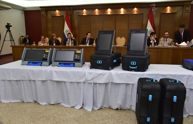 Apenas el lunes último, el Tribunal Superior de Justicia Electoral abrió los sobres de la licitación del sistema del voto electrónico, políticos colorados expresaron su rechazo al plan de retroceso.