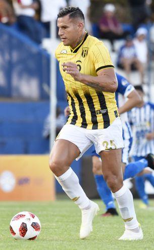 """Raúl Marcelo Bobadilla (32 años), fornido delantero y carta de gol del """"Aborigen""""."""