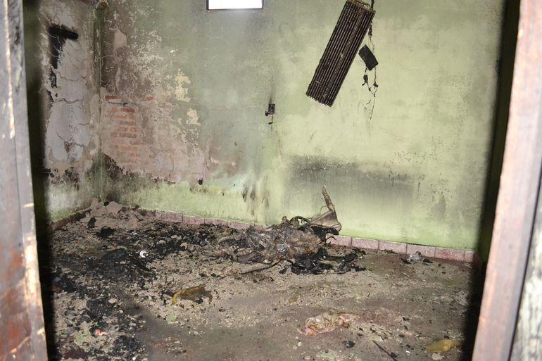 En estas condiciones quedó la habitación del personal policial. El fuego se habría originado un cortocircuito.