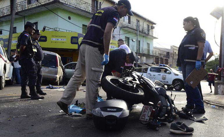 Efectivos de la comisaría jurisdiccional y agentes de Criminalística verifican el estado en que quedaron ambos vehículos.