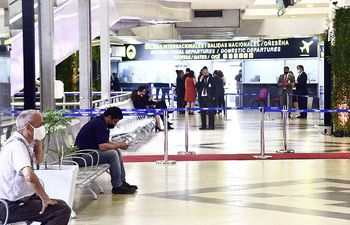 El aeropuerto se reabrió hace casi un mes y desde esa fecha las aerolíneas esperan la eliminación de cuarentena.