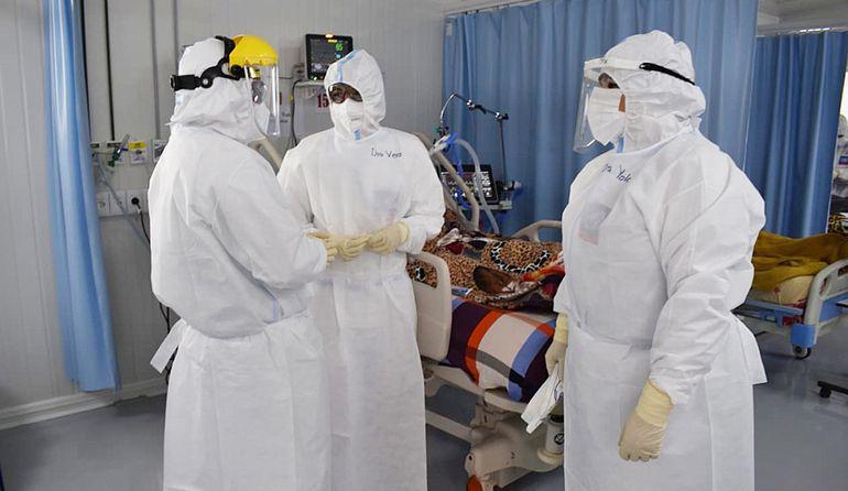 Como hace diez meses, médicos hacen frente al covid-19 en el hospital nacional de Itauguá.