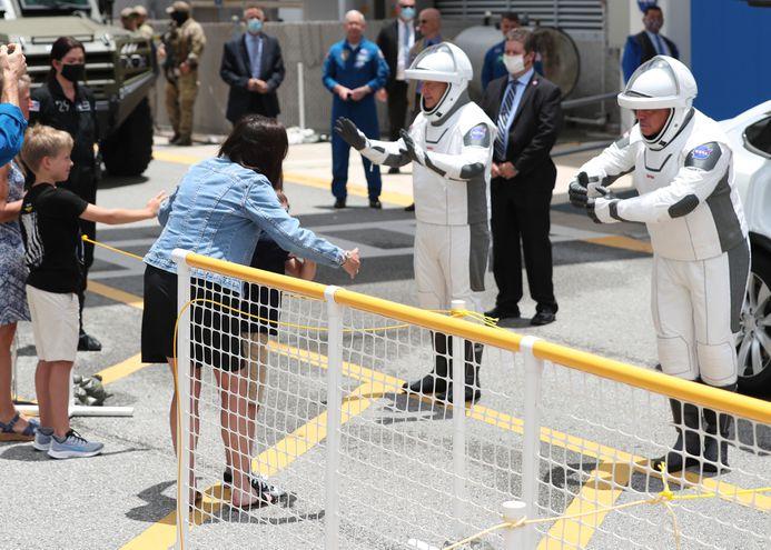 Los astronautas de la NASA Bob Behnken (d) y Doug Hurley (i) se despiden de sus familiares.