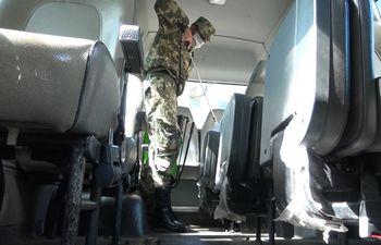 Buses militares son desinfectados antes de salir de base, indicaron.