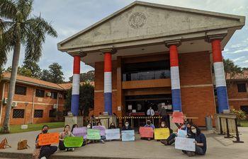 Alumnos de la carrera Letras de Caacupé, se manifestaron ayer frente al Rectorado de la UNA en San Lorenzo.