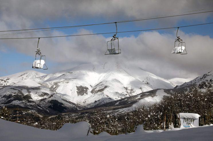 Aerosillas del resort Piedras Blancas cubiertas de nieve y vacías, en Bariloche, provincia de Río Negro, Argentina.