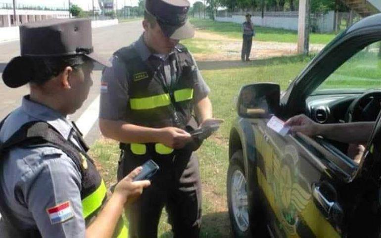 Los agentes de la Patrulla Caminera en un control en la vía pública.