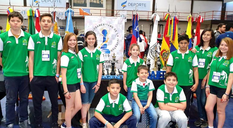 Otra parte de la delegación paraguaya en el Festival Sudamericano de la Juventud de Ajedrez en Buenos Aires.