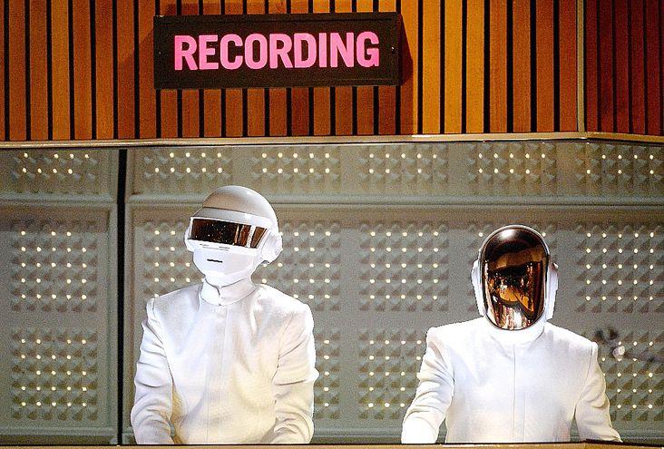 Thomas Bangalter y Guy-Manuel de Homem- Christo,  integrantes de Daft Punk, durante su presentación en los Grammy de 2014. (AFP)