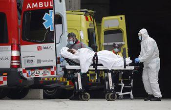 Personal sanitario recibe a una enferma en la entrada de Urgencias del Hospital de Bellvitge, en Barcelona.