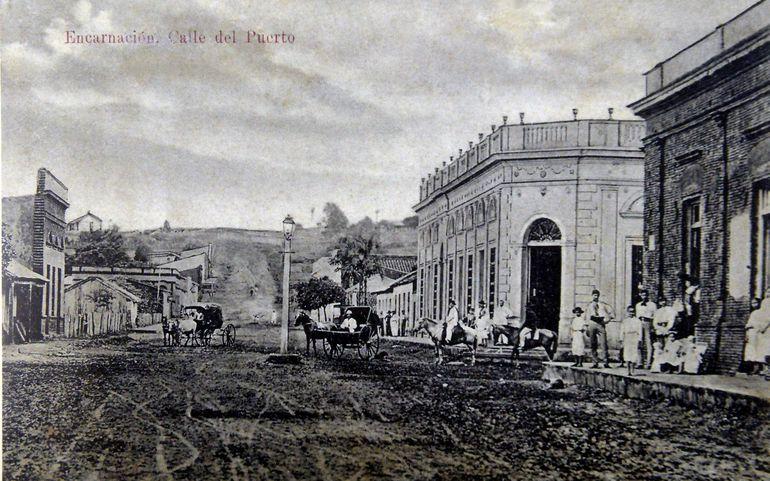 Un solitario farol iluminaba por las noches la calle principal del puerto, recorrida por hombres a caballo y los  carumbé (ca.1910).