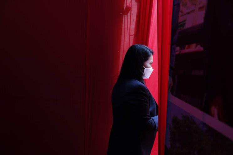 La candidata a la presidencia de Perú por el partido Fuerza Popular, Keiko Fujimori, sale al termino de una rueda de prensa con periodistas extranjeros el pasado sábado en Lima, Perú.