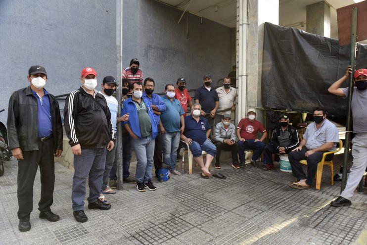 Choferes acamparon frente a la sede del MOPC para exigir que no sean desamparados por el Gobierno ante el cierre de empresas de transporte.