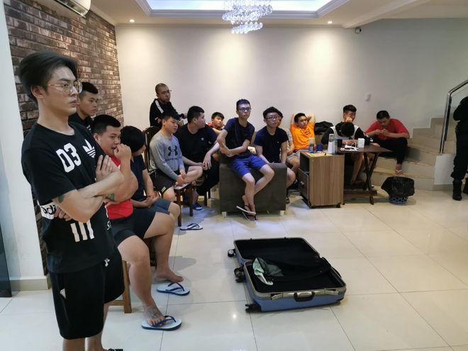 Los ciudadanos orientales supuestamente estaban en  calidad de turistas en el país. Un taiwanés residente en nuestro país, quien les servía de traductor y guía, fue detenido tras el procedimiento.