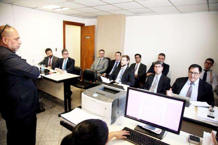 El juez de Garantías Gustavo Amarilla, atento a los argumentos del abogado Tarek Tuma, en la audiencia realizada ayer.