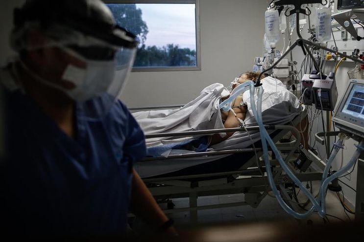 Personal de la salud realiza un control a un paciente con covid-19.