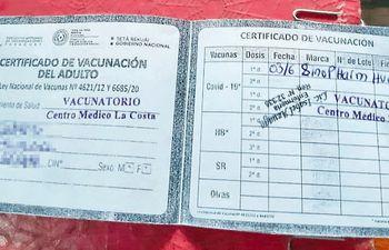 Con disponibilidad de 1.600 millones de dólares, en muchos vacunatorios la ciudadanía recibe solo una ridícula fotocopia del carnet de vacunación en lugar de la cartulina impresa a color.