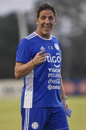 El entrenador Eduardo Berizzo sigue esperando el estreno de la selección mayor en el desafío de volver a una Copa del Mundo.