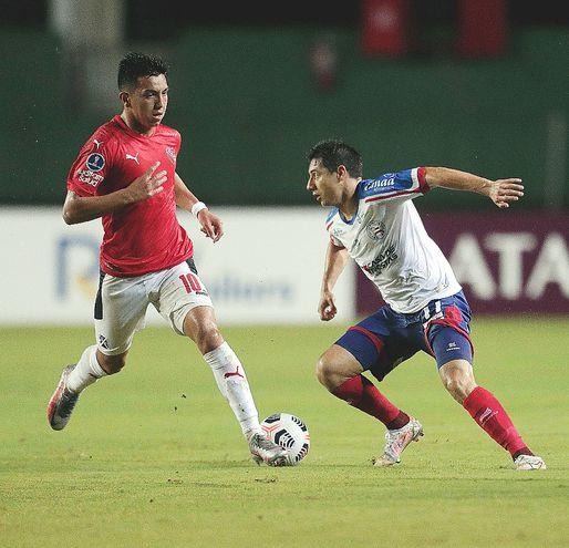 Óscar  Ruiz (d) disputa el balón con Alan Agustín Velasco. EFE