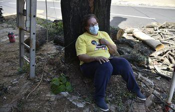Una mujer de 55 años decidió encadenarse a un árbol para evitar que sea talado.