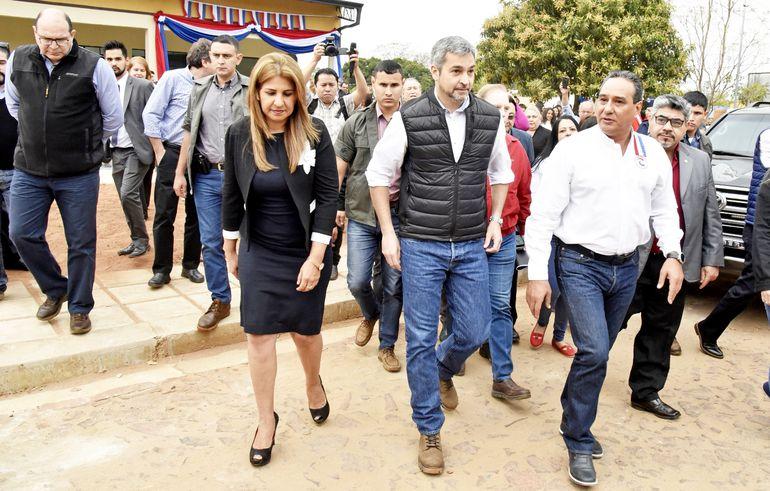 El presidente Mario Abdo Benítez estuvo ayer acompañado de cerca y en todo momento por el gobernador de Central, Hugo J. González (ANR-cartista),  en la inauguración de viviendas en Itá.