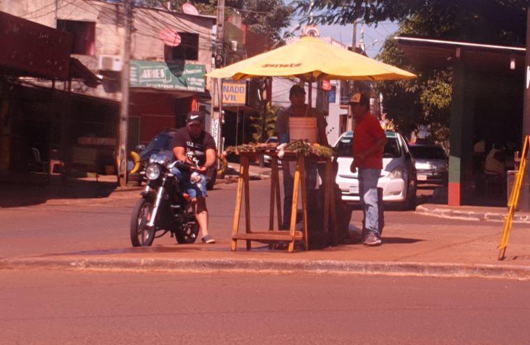 Un vendedor de remedios yuyos trabaja normalmente en la rotonda del Área 1 y recibe a numerosos clientes. En Alto Paraná ya registra el primer caso del covid-19.