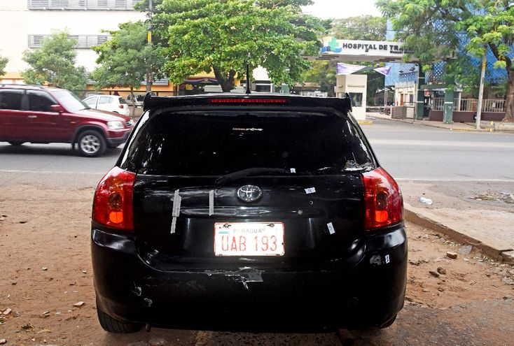 El auto de la familia del niño, acribillado por policías.
