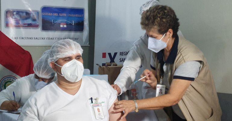 La vacunación contra el covid-19 del personal sanitario continuó ayer en Villarrica y Coronel Oviedo, conforme el plan del MSPBS.