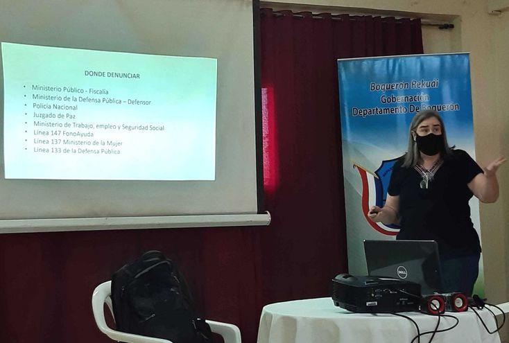 Aurora Figueredo del MTESS se dirige a los comunicadores.
