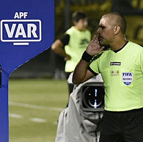 Éber Aquino Gaona, árbitro paraguayo con insignia de FIFA.