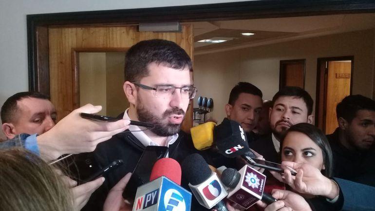 El senador Sebastián Villarejo del Partido Patria Querida, brindando declaraciones a la prensa este lunes.