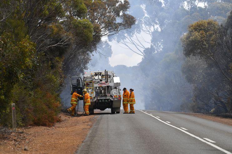 Bomberos abocados en luchar contra el fuego en Australia.