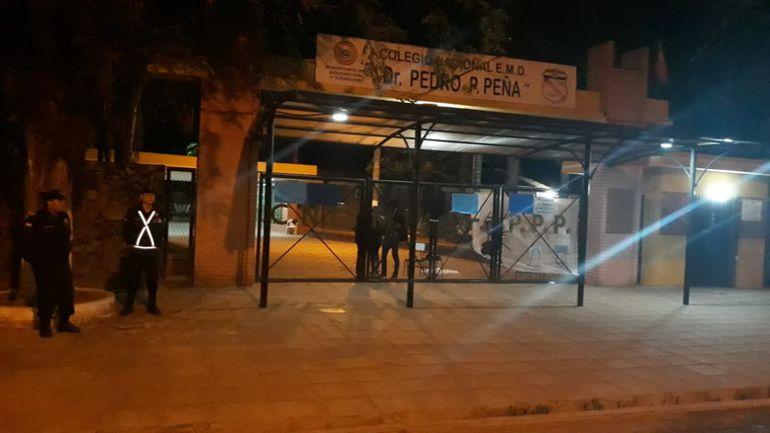 Un grupo de estudiantes tomaron esta tarde el Col. Nac. Pedro P. Peña de Coronel Oviedo.