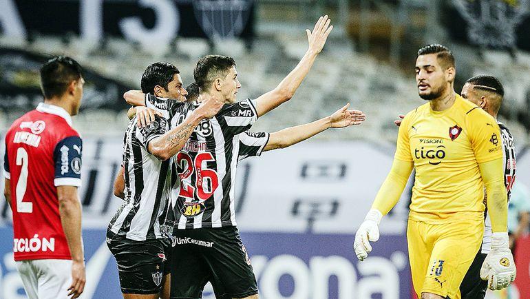 Mientras los goleadores del Mineiro celebran, el arquero Jean y Arzamendia lo sufren.
