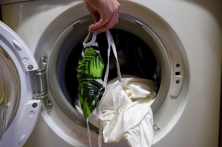 Si se lava la mascarilla hay que hacerlo a al menos 60 grados y usar detergente en polvo o en gránulos.